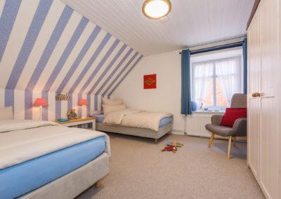 Geräumiges Schlafzimmer mit zwei Boxspringbetten