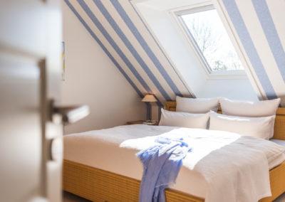 Sonniges Schlafzimmer mit Blick in den Himmel